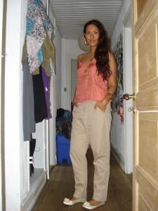 Koral silke bluse: Mango, Chinos: Vera Moda, Ballerina sko: H&M