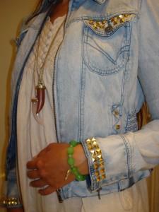 Armbånd: DIY, Halskæde med træ vedhæng: H&M, Halskæde med lyserødt vedhæng: Aldo