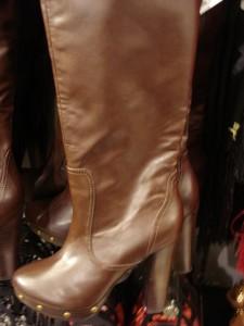 Lang støvle med nitter fra H&M