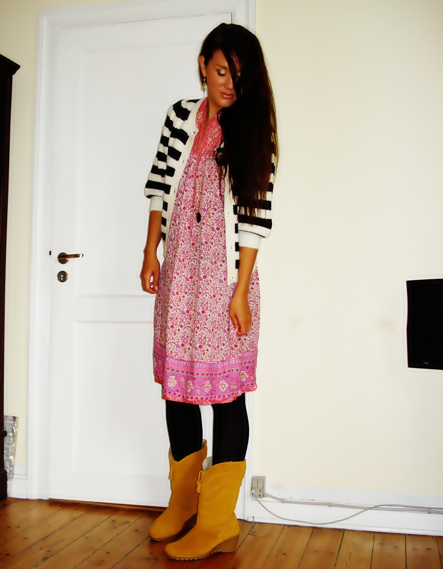 Kjole: Indiska, Stribet Cardigan: Gina Tricot, Støvler: Din Sko