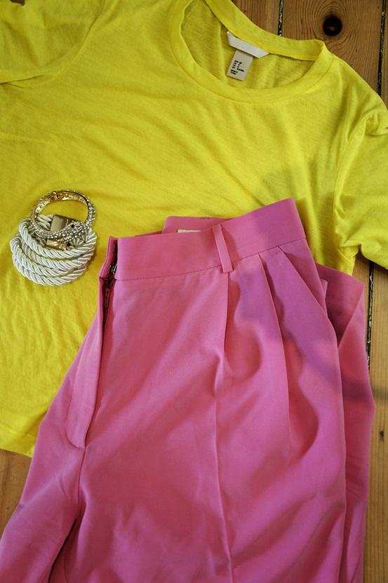 gul t-shirt, lyserøde bukser H&M