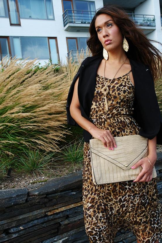 delancefashion shop, leopard kjole, sort kappe, oversize snake clutch, guld blad øreringe
