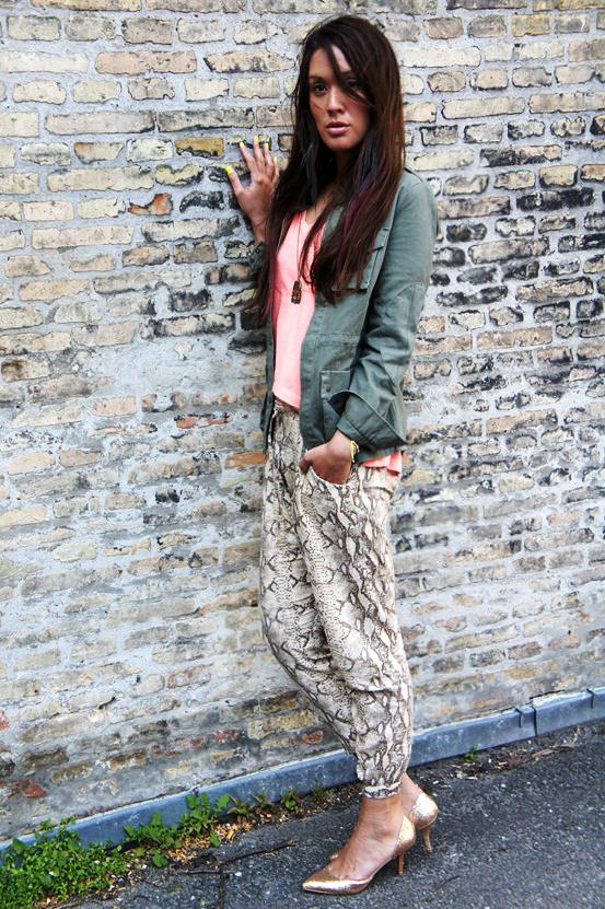 slangeprint bukser h&m, snake print pants H&M, army jakke Only, army jacket Only, koral lyserød t-shirt esprit, coral pink t-shirt esprit