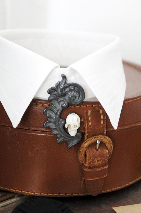 Christina Bizzarro, hvid krave med vedhæng, fashion collar