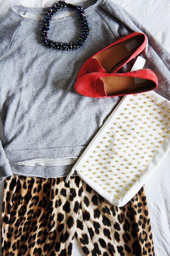 red loafers, røde loafers nelly.com, spike studded clutch, leopard bukser zara, leopard pants zara, sweatshirt, nitte clutch