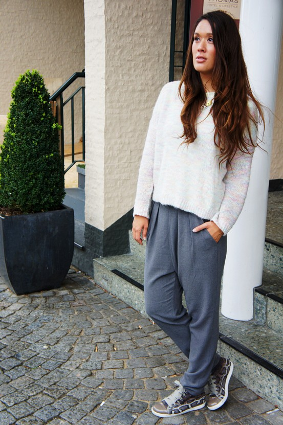 pastel sweater monki, sweater monki, grå bukser monki, grey pants monki