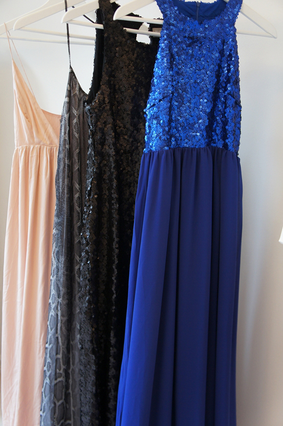 the wardrobe, nytårskjoler, new years eve dress, sequin maxi dress, friis og co tøj, blå pallietkjole, slange print maxi kjole, pudderfarvet maxi kjole, sort lang pallietkjole