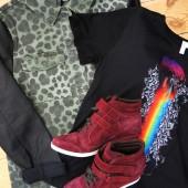 hm leopard jakke med læderærmer, regnbue print t-shirt, & other stories tøj, bordeaux sneakers, bordeaux trainers, bordeaux high tops, burgundy shoes, burgundy sneakers, pieces sneakers, pieces sko, rainbow t-shirt, leopard army jacket