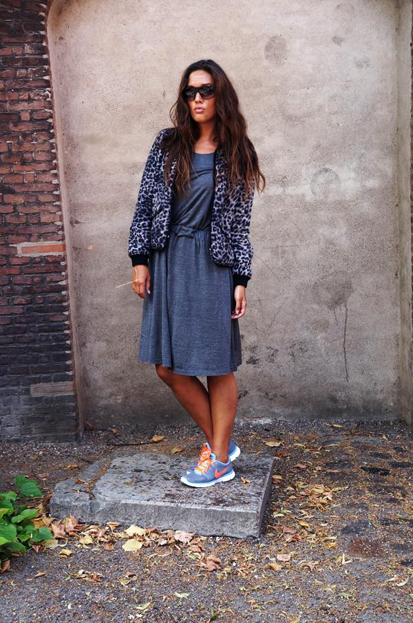 blogger outfit, cos kjole, nike sneakers, leopard jakke