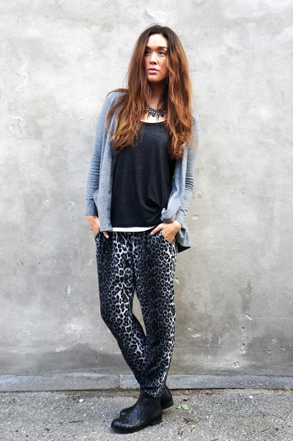 asos cardigan, saint tropez leopard bukser, saint tropez leopard pants, B&CO srøvler, blogger outfit, grey outfit, blog tøj