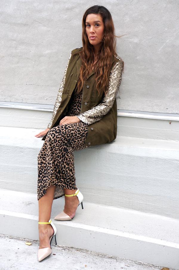 blogger outfit, leopard kjole, militærgrøn jakke med palliet ærmer