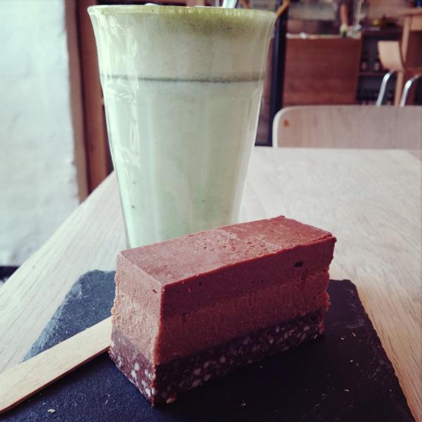 matcha latte, grøn the latte, urtehuset, raw food chokoladekage, køb raw food kage gl. kongevej urtehuset kage