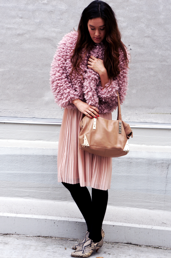 puffy hm jakke, pink plysset hm jakke, pink jakke hm, pink fluffy jacket hm, pleated skirt, pink outfit, pudderfarvet outfit