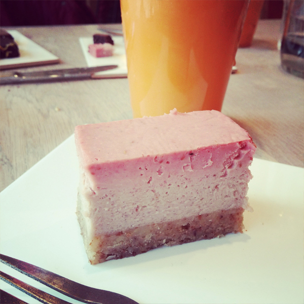 raw food cake, strawberry raw food cake, jordbær faw food kage, friskpresset juice urtehuset