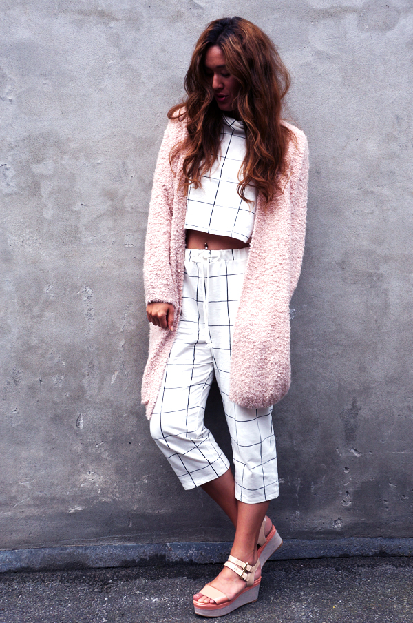cropped top, ternet sæt hm, H&M pants and cropped top, checkers suit, checkered cropped top, weekday cardigan, pudderfarvet cardigan, weekday cardigan long, flatforms dune
