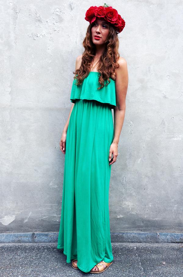 grøn maxikjole, green maxi dress, utopia tøj, red flowers, rød blomsterkrans, maxikjole med flæser,