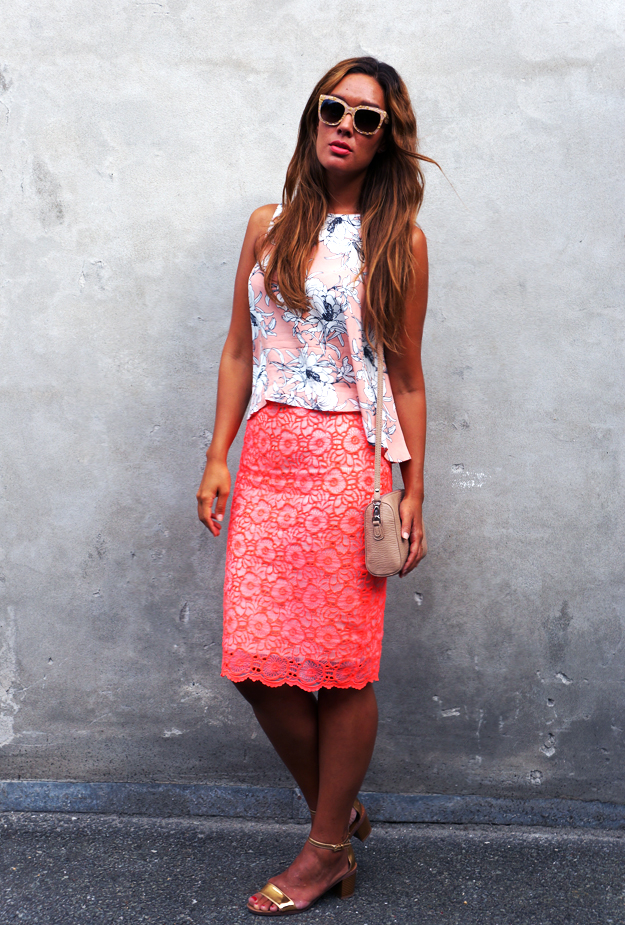 river island lace neon pink skirt, river island nederdel, river island danmark blogger, neon lace skirt, river island tøj, zara top, pink top zara, nude clutch pieces, D&G sunnies, dolce & gabbana solbriller, dolce & gabbana sunglasses