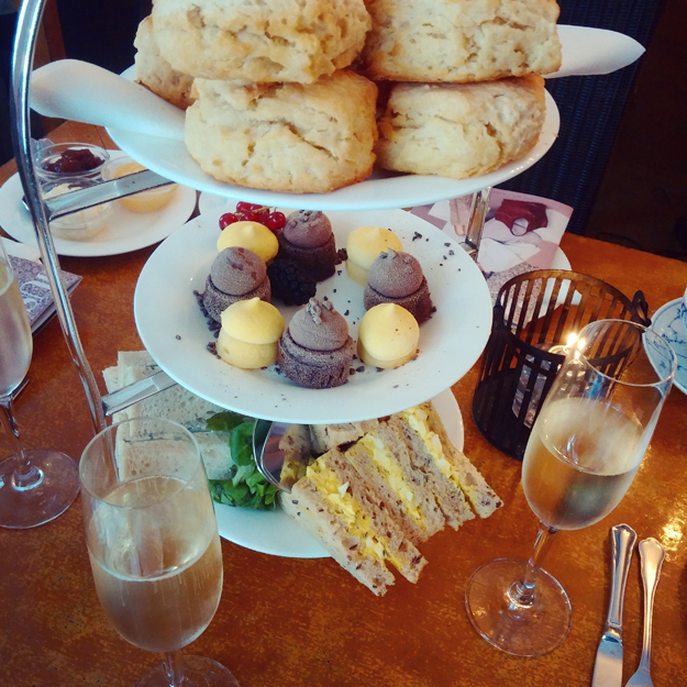 scones, kager, champagne, perchs the