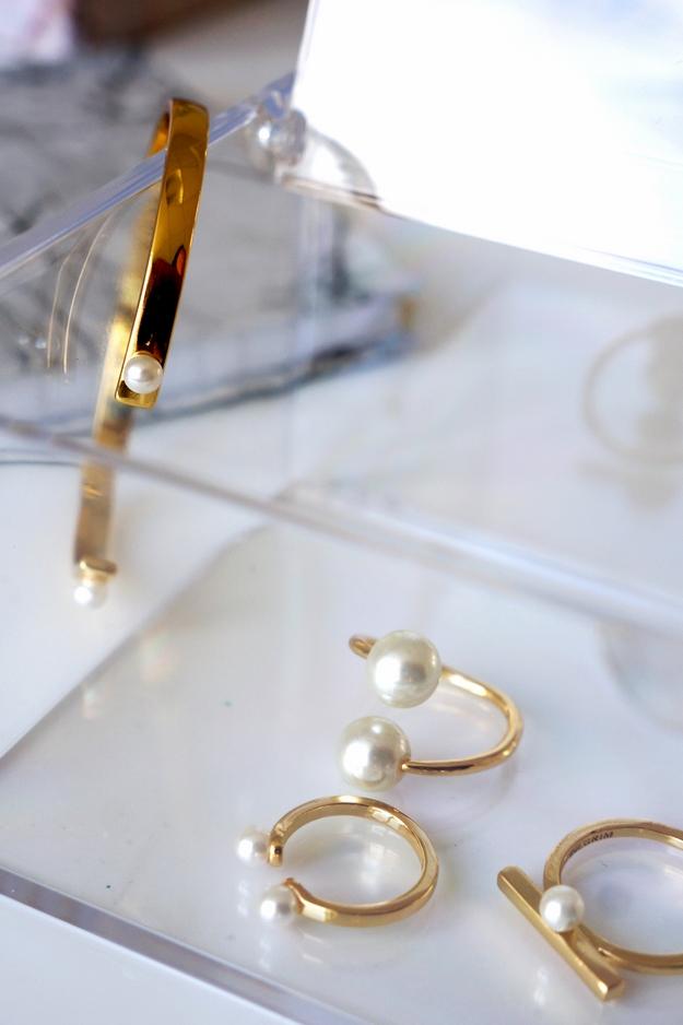 pilgrim smykker, pilgrim armbånd, billigt guldarmbånd med perler, guld ring med perler, pilgrim blogger smykker, plexiglas smykkeæske