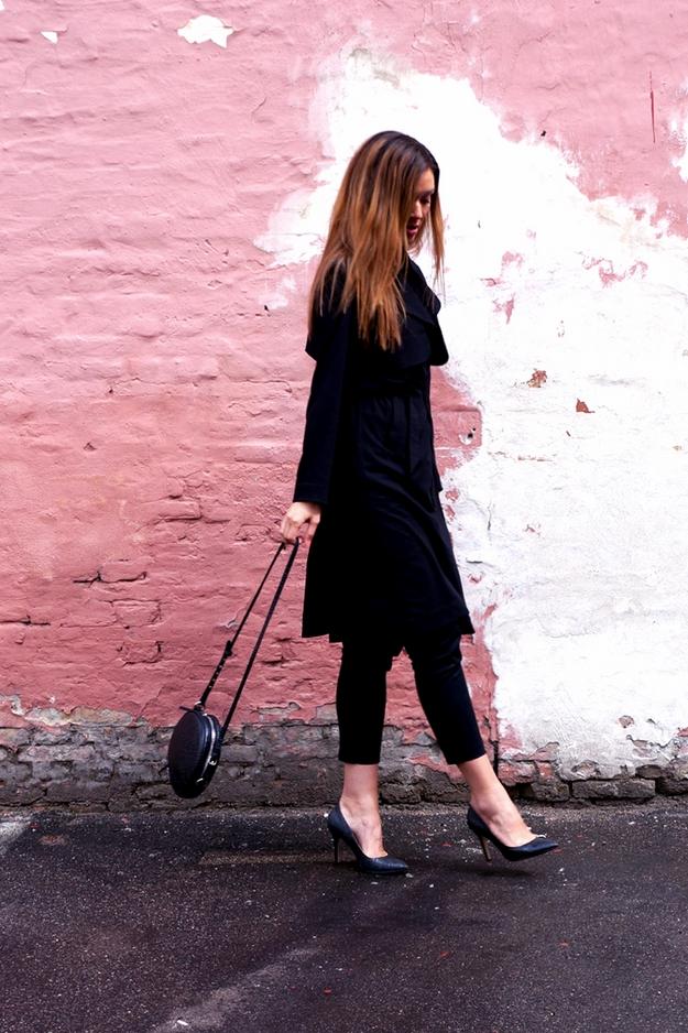 walking pose, lyserød væg, pink wall